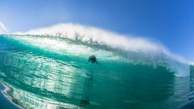 Il pericolo di Wave di fuga del surfista immagine stock libera da diritti