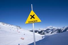 Il pericolo firma dentro la montagna Fotografia Stock
