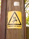 Il pericolo giallo e nero del segno di morte con il triangolo e il lighte Immagine Stock Libera da Diritti