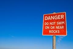 Il pericolo - non nuoti il segno Fotografia Stock