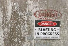Il pericolo, segnale di pericolo in corso di brillamento immagine stock libera da diritti