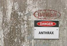 Il pericolo, segnale di pericolo dell'antrace su fondo industriale fotografie stock
