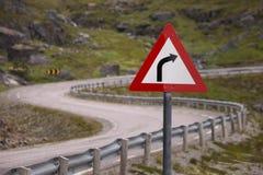 Il pericolo sulla strada, segnale stradale della montagna fotografia stock libera da diritti