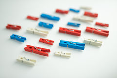 Il perno rosso, blu e bianco del panno su fondo bianco fotografia stock