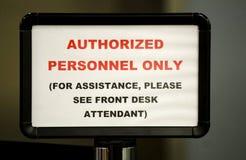 Il personale autorizzato firma soltanto dentro l'ingresso Immagine Stock
