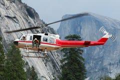 Il personale di salvataggio in elicottero esegue un salvataggio di un Cl ferito Fotografie Stock Libere da Diritti