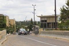 Il personale di sicurezza munito equipaggia il punto di controllo del veicolo sulla strada di slittamento all'entrata alle costru immagine stock libera da diritti