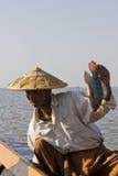 Il pescatore asiatico sul lago Inle ed il suo pescano Fotografia Stock Libera da Diritti