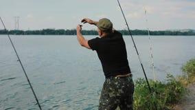 Il pescatore attacca una campana per pescare video d archivio
