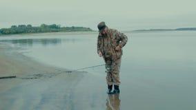 Il pescatore cambia il suo cucchiaio stock footage