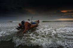 Il pescatore comincia il viaggio per pescare il pesce Immagini Stock