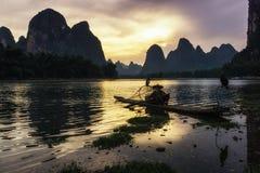 Il pescatore cormant nel fiume del Li Fotografie Stock