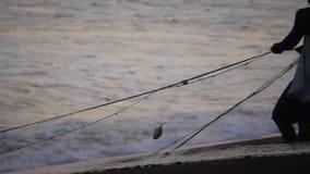 Il pescatore estrae la rete ofocean video d archivio