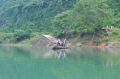 Il pescatore locale sta utilizzando la sua piccola barca come traghetto per trasferire la gente Immagine Stock Libera da Diritti