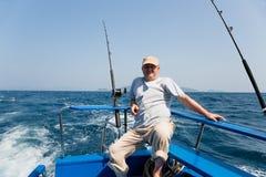 Il pescatore pesca il tonno che pesca a traina nel mare delle Andamane Immagine Stock