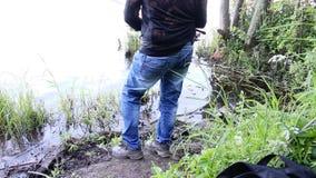 Il pescatore pesca un pesce stock footage