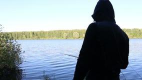 Il pescatore pesca un pesce archivi video