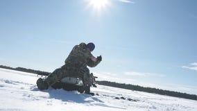 Il pescatore pesca un pesce, sport invernali, hobby dell'inverno stock footage
