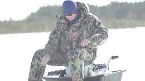Il pescatore pesca un pesce, sport invernali, hobby dell'inverno video d archivio
