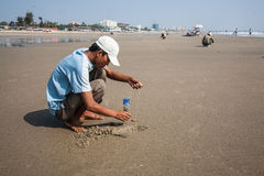 Il pescatore prende nei vermi della sabbia per pescare Immagine Stock Libera da Diritti
