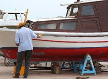 Il pescatore ripara la barca Fotografia Stock Libera da Diritti