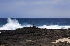 Il pescatore sfida le grandi onde alla baia di Kealakio, Fotografia Stock Libera da Diritti
