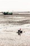 Il pescatore spinge il bordo Fotografia Stock