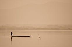 Il pescatore sta corrispondendo alla pesca nel lago Immagine Stock Libera da Diritti