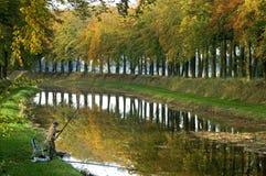 Il pescatore sta pescando sul lungomare nel paesaggio di autunno Fotografia Stock