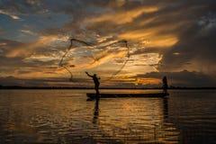 Il pescatore sta pescando usando la rete da pesca sul fiume fotografie stock libere da diritti