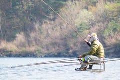 Il pescatore stava pescando nel lago Saiko in Yamanashi, Giappone Immagini Stock Libere da Diritti