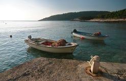 Il pescatore sulla sua barca ha seguito da una folla dei gabbiani, colpo in Hvar, Croazia Fotografia Stock Libera da Diritti