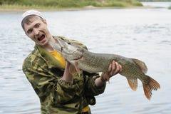 Il pescatore tiene il grande luccio Fotografia Stock Libera da Diritti