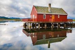 Il pescatore tradizionale alloggia il rorbu all'isola di Haholmen, Norvegia Fotografia Stock