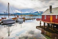 Il pescatore tradizionale alloggia il rorbu e le barche all'isola di Haholmen, Fotografia Stock Libera da Diritti