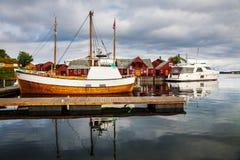 Il pescatore tradizionale alloggia il rorbu e le barche all'isola di Haholmen, Fotografia Stock