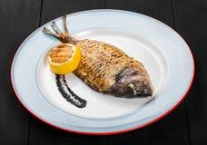Il pesce arrostito di dorado con il limone ed il tartufo sauce immagine stock