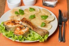 Il pesce bianco con la patata su bianco plat Fotografia Stock