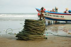 Il pesce cattura con la rete il pescatore fotografie stock