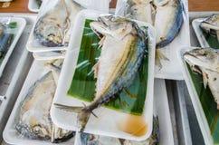 Il pesce con le foglie e la schiuma della banana imballa, quindi ha cotto a vapore Fotografia Stock Libera da Diritti