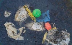 Il pesce e l'immondizia morti nello scuro della sporcizia innaffiano Inquinamento delle acque Problema di ambiente fotografie stock libere da diritti