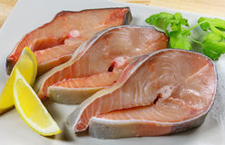 Il pesce fresco, bistecche pesca, pesce rosso su un piatto su un fondo di legno Fotografie Stock