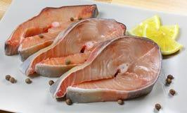 Il pesce fresco, bistecche pesca, pesce rosso su un piatto su un fondo di legno Immagine Stock Libera da Diritti