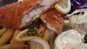 Il pesce fritto menu degli alimenti a rapida preparazione con le patate fritte deliziose stock footage