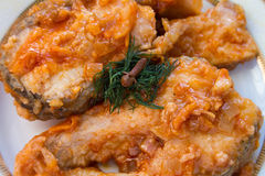Il pesce fritto in salsa al pomodoro dolce Fotografia Stock Libera da Diritti