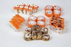 Il pesce giapponese del ristorante dell'alimento dei rotoli di sushi dipende un fondo bianco Immagine Stock Libera da Diritti