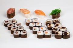 Il pesce giapponese del ristorante dell'alimento dei rotoli di sushi dipende un fondo bianco Fotografie Stock