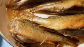 Il pesce ha fritto in olio caldo in una padella video d archivio