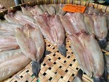 Il pesce seccato al sole casalingo è vendita ad un mercato di galleggiamento in Tailandia Fotografie Stock