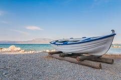 Il peschereccio bianco sopra insabbia con cielo blu ed acqua Fotografie Stock Libere da Diritti